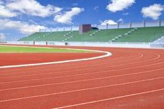 Kör loppspåret i sportstadion Arkivbilder