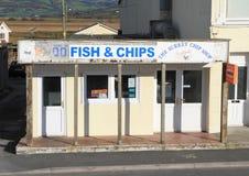 Kör ner fisk, och chipen shoppar Arkivbild