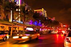 Kör platsen på nattljus, Miami Beach, Florida. Royaltyfria Bilder