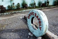 Kör säkert i gammalt vitt gummihjul Arkivfoton