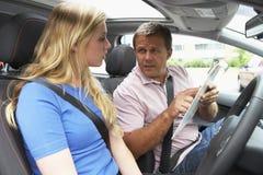 köra att ta för flickakurs som är tonårs- Royaltyfri Bild