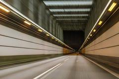 Köra en bil inom i hög hastighet i tunnelen från Malmo till Köpenhamnen arkivbilder