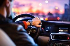 Köra en bil på natten - man körning av hans moderna bil på natten arkivfoton