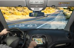 Köra genom att använda GPS på den historiska Route 66, Kalifornien, USA Royaltyfri Fotografi
