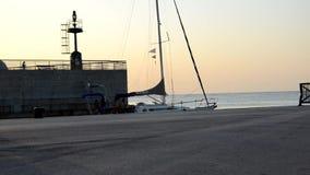 Köra i hamnen på solnedgången arkivfilmer