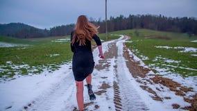 Köra i väg från kidnappare på en kall dag