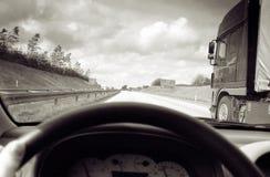 köra lorryen overtake Arkivbild
