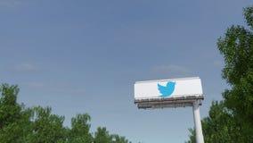 Köra in mot advertizingaffischtavlan med Twitter, Inc logo Redaktörs- tolkning 3D Arkivbild