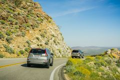 Köra på en slingrig väg in mot Anza-Borrego ökendelstatspark under den toppna blom, Kalifornien Royaltyfria Bilder