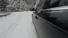 Köra på en snöväg, vinter i berget stock video