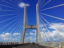 Köra på 25na de Abril Bridge i Lissabon, Portugal Arkivbild