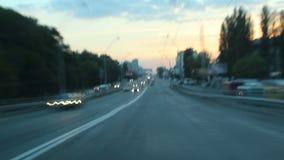 Köra stadsgataTime-schackningsperiod på skymning, passerar bilar, ljus på stock video