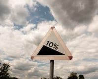 Köra tecken 10% tio procent lutningshimmelbakgrund Arkivbild