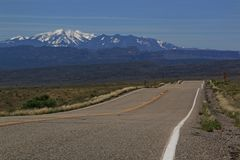Köra till Moab, Utah på huvudväg 128 Arkivfoto