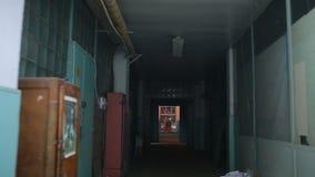 Köra till och med demolerat hus stock video