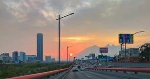 Köra till och med staden av Monterrey, Mexico fotografering för bildbyråer