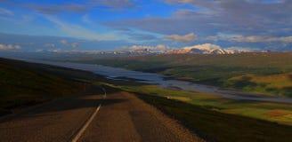 Köra till sjön Lagarfljot, Island fotografering för bildbyråer