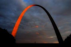 Köra under den St Louis bågen royaltyfri foto