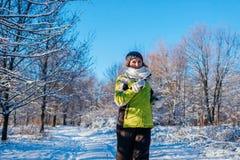 Körande idrottsman nenkvinna som sprintar i yttersida för vinterskogutbildning i kallt snöig väder royaltyfri fotografi