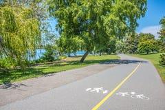 Körande jogga gå att cykla åka skridskor spåret royaltyfria foton