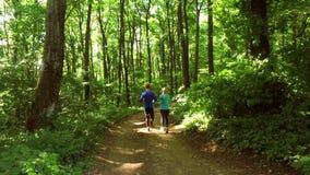 Körande jogga i skogkvinnautbildning, spring som joggar, kondition, runner--4kvideo stock video