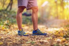 Körande sportkonditionman Stäng sig upp av manliga ben och skor man arkivfoto