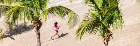 Körande utbildning för konditionkvinna på den tropiska stranden arkivbilder