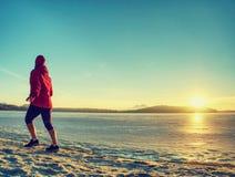 Körande utbildning för vinter För personlöpare för mellersta ålder aktivt jogga royaltyfri fotografi