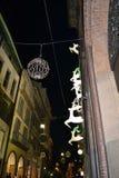 Körande vita deers och den guld- klockan för gata av den Rolex boutique som dekoreras för julferierna arkivbild