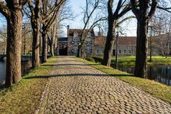 Körbana med kullersten som leder till en gammal slott Arkivbilder