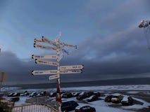 Körbanavägvisaren longyearbyen in svalbard Norge Arkivfoton