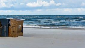 Körbe auf dem Strand Stockfoto