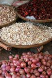 Körbe des Knoblauchs, der Paprikas und der Zwiebeln. stockfotografie