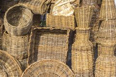 Körbe und einige Stücke im Stroh an einem Handwerksspeicher in Aracaju Brasilien stockfotos