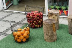 Körbe von Äpfeln und von Orangen in einer Straße in Vejle, Dänemark lizenzfreies stockbild