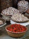 Körbe von Gewürzen für Verkauf am Straßenmarkt in Vietnam Lizenzfreies Stockfoto