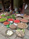 Körbe von Gewürzen und von Gemüse für Verkauf am Straßenmarkt in Vietnam Stockbilder