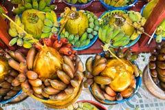 Körbe von grünen Bananen und von Kokosnüssen für Spende in Botataung stockbilder
