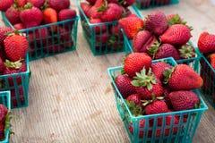 Körbe von organischen Erdbeeren lizenzfreie stockbilder