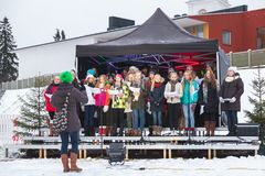 Kören av finlandssvenska flickor sjunger på ganska jul Arkivfoto