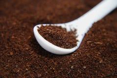 Körnchen des sofortigen Kaffees im Löffel Lizenzfreie Stockfotos