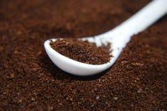 Körnchen des sofortigen Kaffees im Löffel Stockbilder