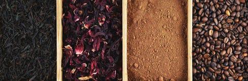 Körner des Kaffees, des Kakaopulvers, des karkade und des schwarzen Tees in einem Kasten, Panorama Stockfoto