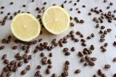Körner des Kaffees und der Zitrone lizenzfreies stockfoto