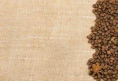 Körner des Kaffees und des Anises wurden auf dem Rausschmiß verschüttet Lizenzfreies Stockfoto