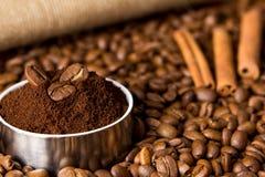 Körner des schwarzen Kaffee-, gemahlenemkaffees und des Zimts Stockbild