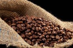 Körner des schwarzen Kaffees lizenzfreies stockfoto