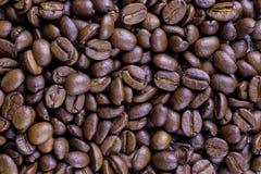 Körner des schwarzen wohlriechenden Kaffees Lizenzfreies Stockfoto