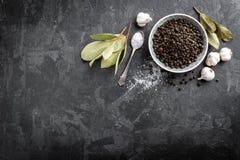 Körner, Knoblauch, Salz und Lorbeer des schwarzen Pfeffers lizenzfreies stockfoto