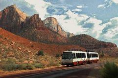Körnige Tram gegen rote Felsen Stockbild